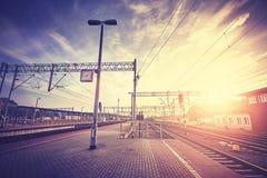 在日落的葡萄酒风格化火车站平台 库存照片