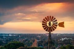 在日落的葡萄酒风车在南澳大利亚 免版税库存图片