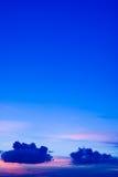 在日落的蓝色云彩 免版税库存照片