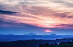 在日落的蓝色风景在山上在捷克天堂 免版税库存图片