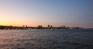 在日落的街市曼哈顿地平线在哈得逊河 免版税库存图片
