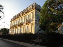 在日落的被放弃的豪宅 免版税库存照片