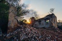 在日落的被毁坏的大厦 免版税图库摄影