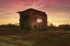 在日落的被毁坏的大厦 免版税库存照片