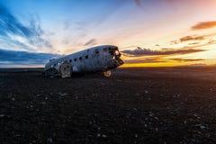 在日落的被毁坏的飞机 免版税图库摄影