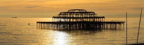 在日落的西方码头在布赖顿 免版税库存照片