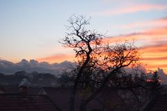 在日落的议院屋顶在风暴以后 图库摄影