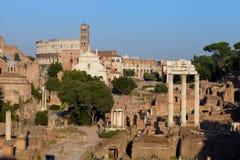 在日落的论坛Romanum和colosseum,罗马,意大利 免版税库存照片