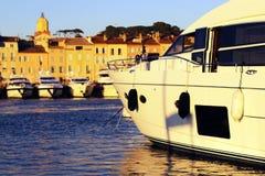在日落的豪华游艇在圣特罗佩古老港  库存照片