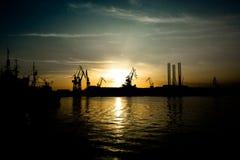 在日落的起重机在普拉港口在克罗地亚 免版税库存照片
