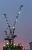在日落的起重机 库存照片