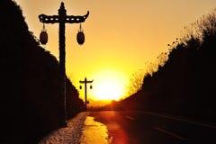 在日落的路闪亮指示 免版税库存图片