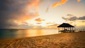 在日落的跳船剪影在毛里求斯 图库摄影