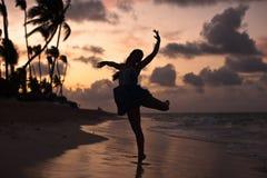 在日落的跳芭蕾舞者 免版税库存照片
