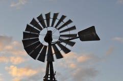 在日落的转动的风车 库存图片