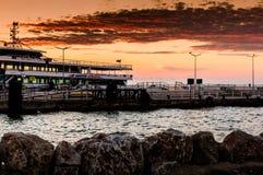 在日落的轮渡口岸 免版税库存图片