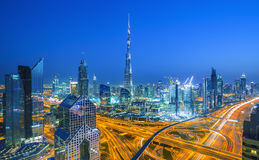 在日落的迪拜地平线与美好的市中心光和扎耶德回教族长公路交通,迪拜,阿联酋 免版税图库摄影