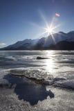 在日落的透亮冰大块 免版税图库摄影