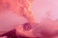 在日落的通古拉瓦火山爆发 免版税库存图片