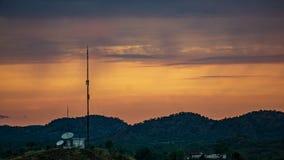 在日落的通讯台 免版税库存照片