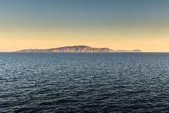 在日落的遥远的意大利海岛海岸 免版税库存图片