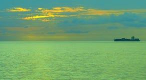 在日落的遥远的船 免版税库存图片