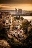 在日落的都市风景场面与繁忙运输 免版税图库摄影