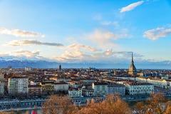 在日落的都灵地平线 托里诺,意大利,与安托内利尖塔的全景都市风景在城市 风景五颜六色的光和 库存照片