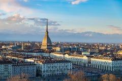 在日落的都灵地平线 托里诺,意大利,与痣Antonelliana的全景都市风景在城市 风景五颜六色的光和dra 图库摄影