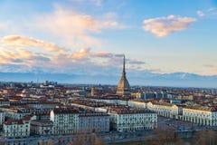 在日落的都灵地平线 托里诺,意大利,与痣Antonelliana的全景都市风景在城市 风景五颜六色的光和dra 免版税库存照片