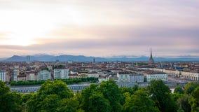 在日落的都灵地平线 托里诺,意大利,与痣Antonelliana的全景都市风景在城市 风景五颜六色的光和dra 免版税库存图片
