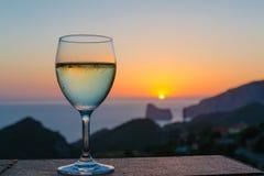 在日落的酒 免版税库存照片