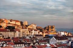 在日落的里斯本地平线城市在葡萄牙 免版税库存照片