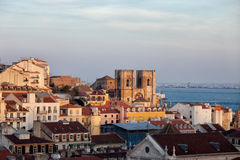 在日落的里斯本地平线 免版税库存照片