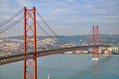 在日落的里斯本桥梁 免版税库存图片