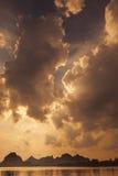 在日落的重的云彩 免版税图库摄影