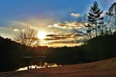 在日落的野餐 免版税库存照片