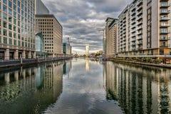 在日落的金丝雀码头riverscape在伦敦 免版税库存照片