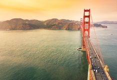 在日落的金门桥鸟瞰图 图库摄影