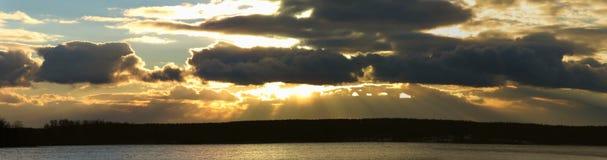 在日落的金黄云彩在11月 免版税库存图片