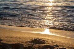 在日落的金黄沙子 图库摄影