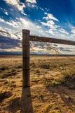 在日落的铁丝网篱芭 免版税库存图片
