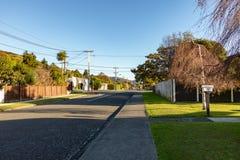 在日落的镇静新西兰邻里街道 免版税库存图片