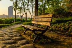 在日落的长凳 免版税库存照片