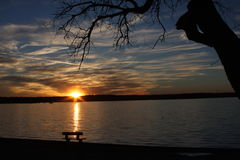 在日落的长凳 库存图片