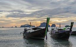 在日落的长尾巴小船在Ko敲响了Ao Phra Nang海滩的,甲米府Nok海岛 免版税库存照片