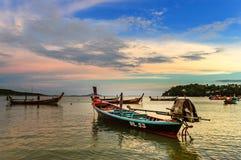 在日落的长尾巴小船, Rawai海滩,普吉岛,泰国 库存照片