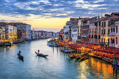 在日落的长平底船在威尼斯 库存照片