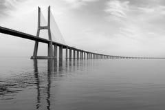 在日落的长的桥梁在里斯本,葡萄牙 单色图片 库存图片