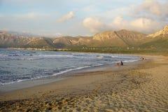 在日落的长的沙滩在马略卡海岛的南部  免版税库存照片
